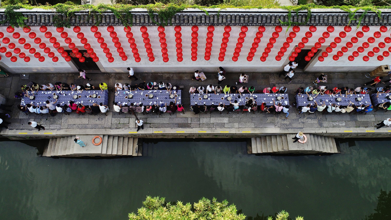 中秋百米长街鱼宴—— 港澳台同胞齐聚南浔,共赏月儿明